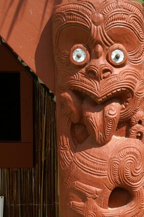 Holzfigur geschnitzt