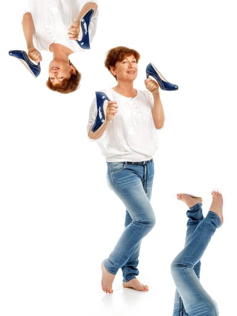 Frau mit hohen Schuhen in der Hand