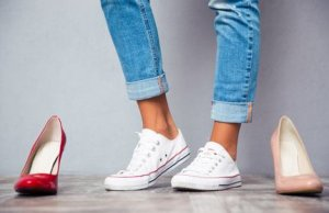 Braune Beine in Sneakers