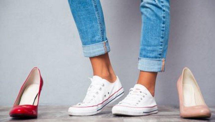 Braune Beine in Sneakers