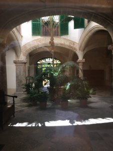 Blick in einen Hof in Palma