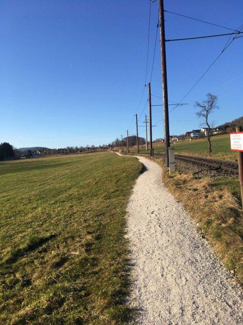Weg neben Bahngleisen