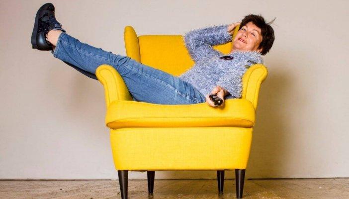 Frau im gelben Sessel