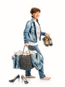 Frau in Jeansbekleidung
