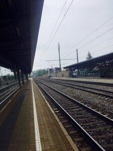 Bahnhof mit leeren Gleisen