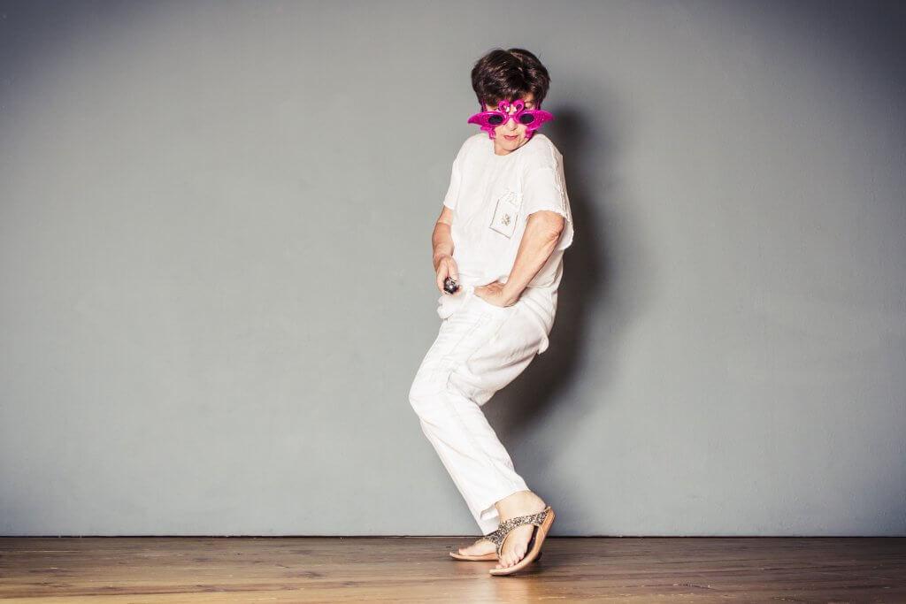 Frau mit rosa Brille