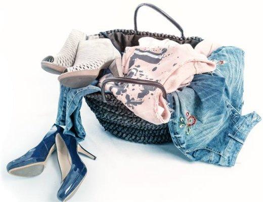 Korb mit Schuhen und Jeans