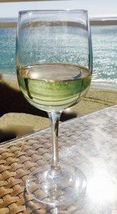 Weinglas mit Meer im Hintergrund