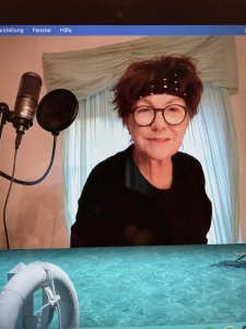 Frau am Mikrofon
